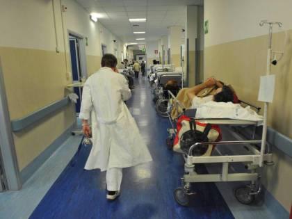 Napoli, negli ospedali pazienti ricoverati tra la spazzatura