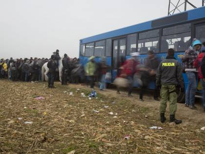L'Europa travolta dai migranti: anche l'Austria alza un muro