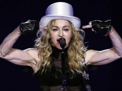 """I fan la fischiano per il ritardo. E Madonna: """"St... non venite più"""""""