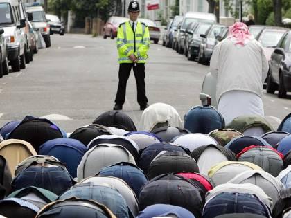 """Sondaggio choc tra gli islamici: """"La moglie deve obbedire al marito"""""""