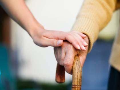 Spunta il bonus ai nipoti che assistono i nonni