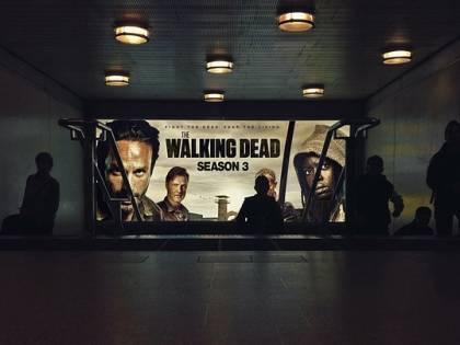 Sente spari e urla dai vicini e chiama la polizia: era The Walking Dead in TV