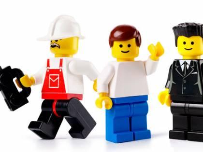 Lego cambia i connotati ai personaggi. Invece del papà, spunta il mammo