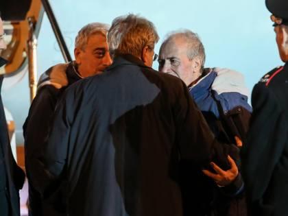 Gli ostaggi rientrati in Italia dopo le tensioni sul rimpatrio