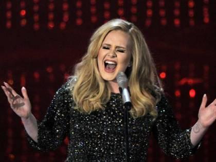Adele commuove i fan: duetto con una ragazza autistica sul palco