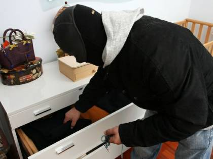 Il trucco per aprire la porta in un minuto: ecco come i ladri entrano in casa