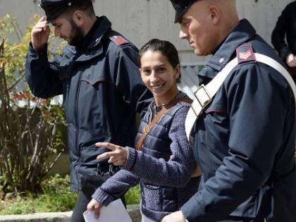 """""""Niente carcere: è una mamma"""". E la nomade ride dei nostri giudici"""