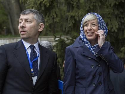 Il ministro Giannini a Teheran: il suo capo  è coperto dall'hijab