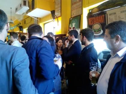 Il M5S ricorda Casaleggio con un brindisi al bar