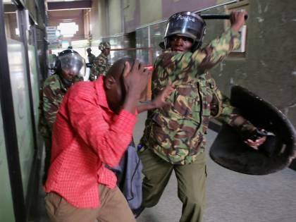 """Scontri dopo il voto in Kenya: """"Ci sono almeno undici morti"""""""