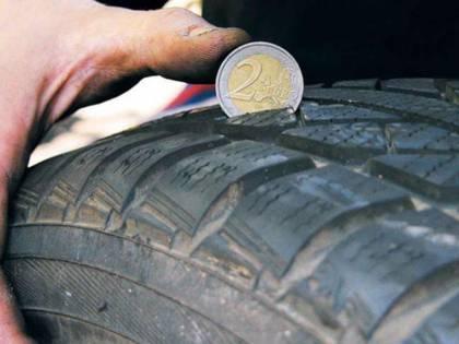 Il trucco della moneta da 2 euro per controllare la pressione delle gomme