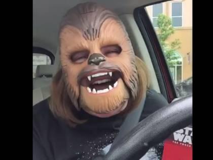 Record su Facebook per il video della mamma con la maschera di Chewbecca