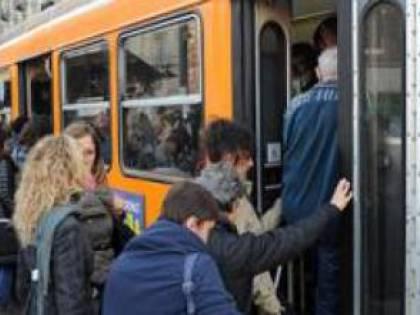 Torino, paura sull'autobus: un uomo colpisce ragazza con la cintura