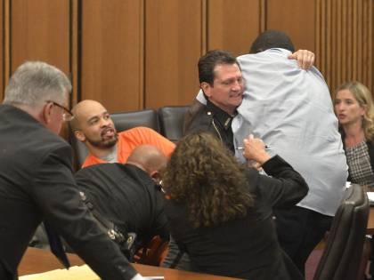 Il serial killer sorride in tribunale. E il padre della vittima lo aggredisce
