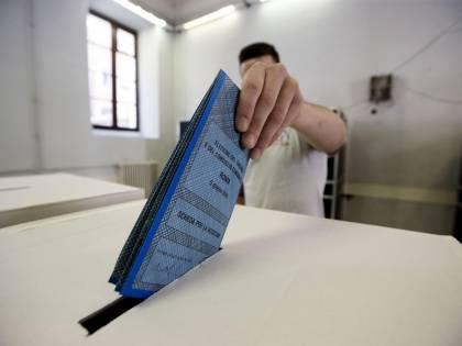 Roma, elettori ripresi da telecamera durante la votazione nel seggio