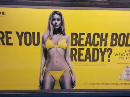 Khan vieta uno spot con modella in bikini: accusato di integralismo