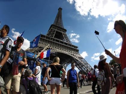 Scontri sotto la Tour Eiffel, la polizia disperde tifosi
