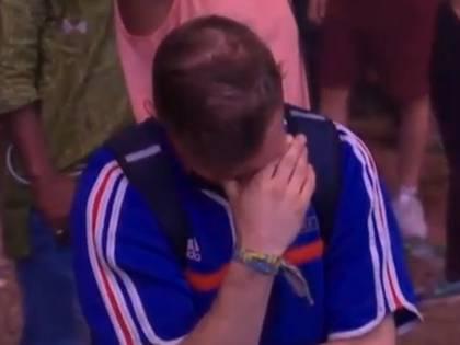 Tifoso francese in lacrime. Lo consola il piccolo avversario