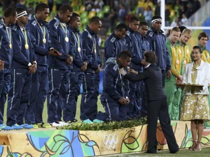 Olimpiadi, oro storico per le isole Fiji: la squadra di rugby in ginocchio sul podio per la principessa Anna