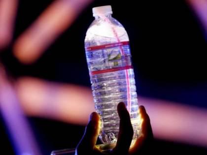"""Costa: """"Vietare bottiglie di plastica negli edifici pubblici"""""""