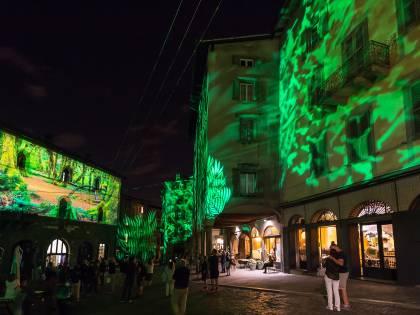 Scenografie di luci e suoni rendono magica Bergamo Alta