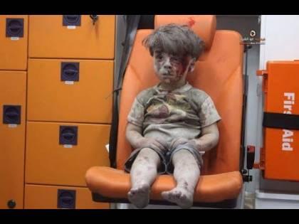 """Il padre di Omran accusa i ribelli: """"Soldi per le foto anti Assad"""""""