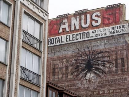 Pene gigante su palazzo: il murales divide il Belgio