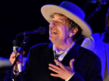 """Gli scattano una foto, Bob Dylan si infuria: """"Posso cantare?"""""""
