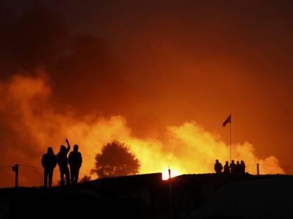 """Calais, prefetto giustifica migranti: """"Incendi? È la loro tradizione"""""""