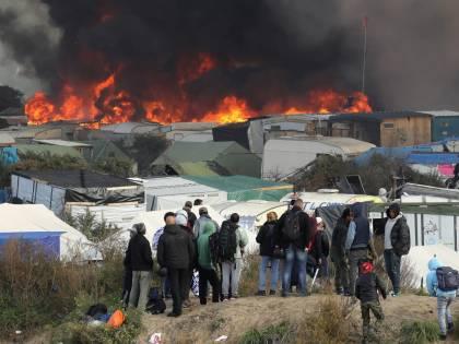 Migranti, le Goro di Francia respingono i profughi di Calais
