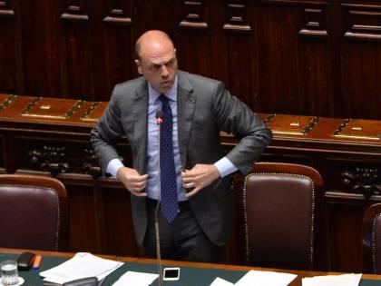 Alfano non si fida del Pd e corteggia Berlusconi Ma Forza Italia dice no