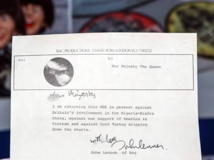 """Trovata lettera di Lennon: """"Sua Maestà, restituisco la medaglia"""""""