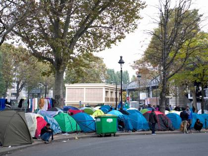 """Parigi invasa da migranti: la """"Giungla"""" di Calais all'ombra della Tour Eiffel"""