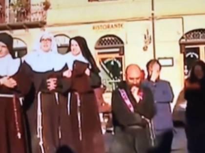 Norcia, fedeli in ginocchio davanti alla Basilica crollata