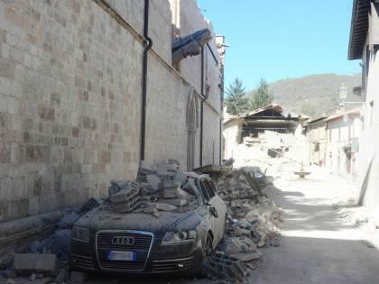 Nel panico per il terremoto, donna salta dalla finestra: è grave