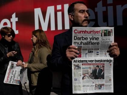 La Turchia condanna per terrorismo i giornalisti del Cumhuriyet