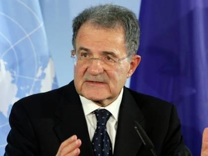 """L'europeista Prodi contro Renzi: """"Colpo al cuore togliere la bandiera Ue"""""""