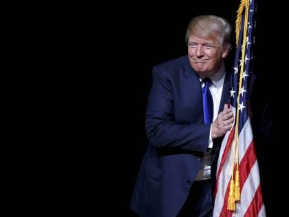 """Trump: """"Bruci la bandiera? Carcere e perdita della cittadinanza"""""""
