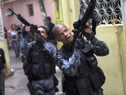 Rio sprofonda nella violenza: elicottero della polizia abbattuto dai narcos