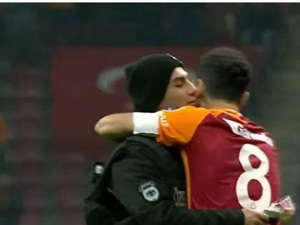 Il capitano e il poliziotto: abbraccio dopo l'attentato a Istanbul