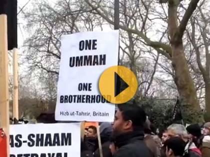 Le bandiere nere dei terroristi islamisti sventolano a Londra