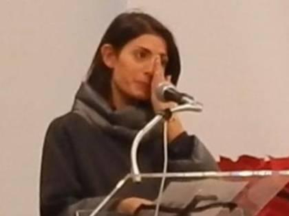 """Raggi piange alla messa della Caritas: """"È un momento complesso"""""""