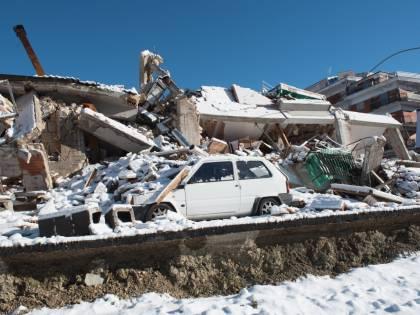 """Muore al gelo in roulotte """"Vittima del terremoto"""""""