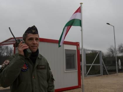 Migranti, l'Ungheria si blinda: un nuovo muro e basi militari al confine