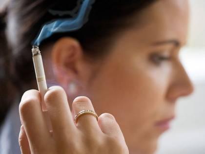 """La nuova cura per i fumatori: """"Polmoni ripuliti con il vapore"""""""
