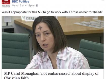 """Va in Parlamento con la croce. La """"Bbc"""" attacca: """"È opportuno?"""""""