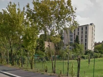Milano, rom e migranti occupano palazzi del Comune