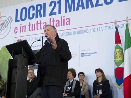 """Locri scende in piazza: """"Qui siamo tutti sbirri"""""""