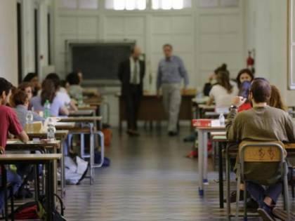 """""""Pedofilo"""", denuncia delle alunne sulla lavagna: prof ai domiciliari"""