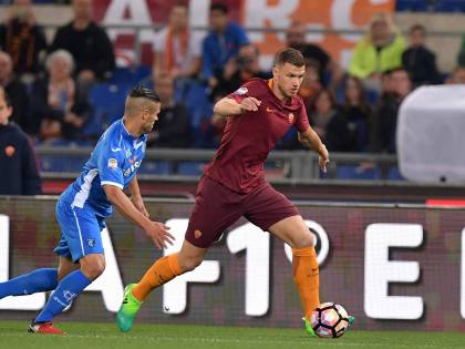 Roma un po' distratta e con la testa al derby. Decide il solito Dzeko